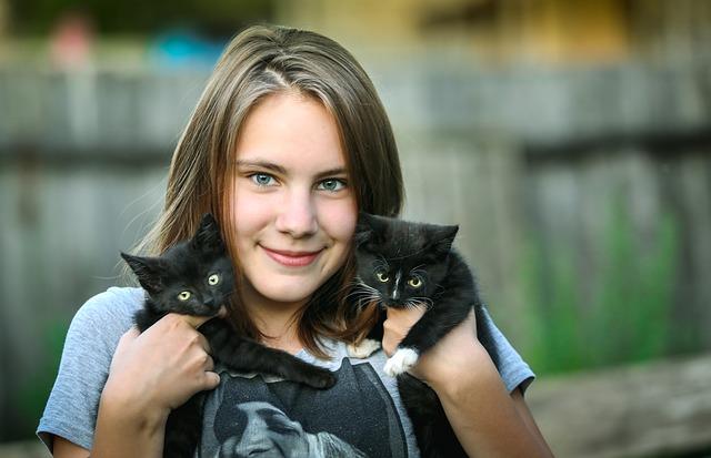 femme portant deux chats