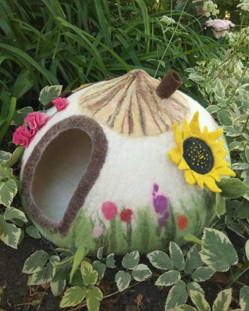grotte chat verdure fleurs