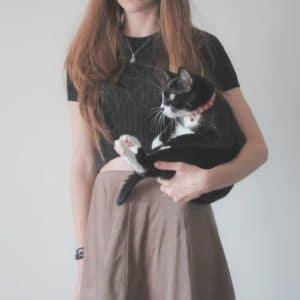 femme portant chat par le bras