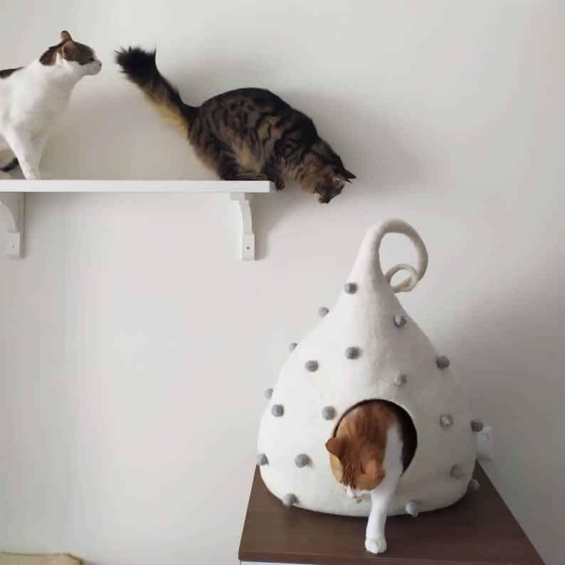 grotte chat en pointe motifs boules